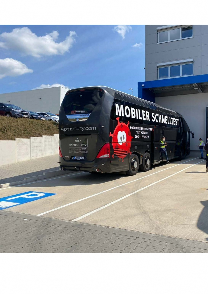 Corona Testbus 1 830x1174 - Corona-Testbus testet Mitarbeiter der Firma Genius